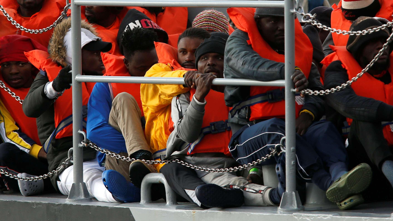 """Geflüchtete der """"Alan Kurdi"""" auf einem Militärschiff bei der Ankunft im Hafen von Malta"""