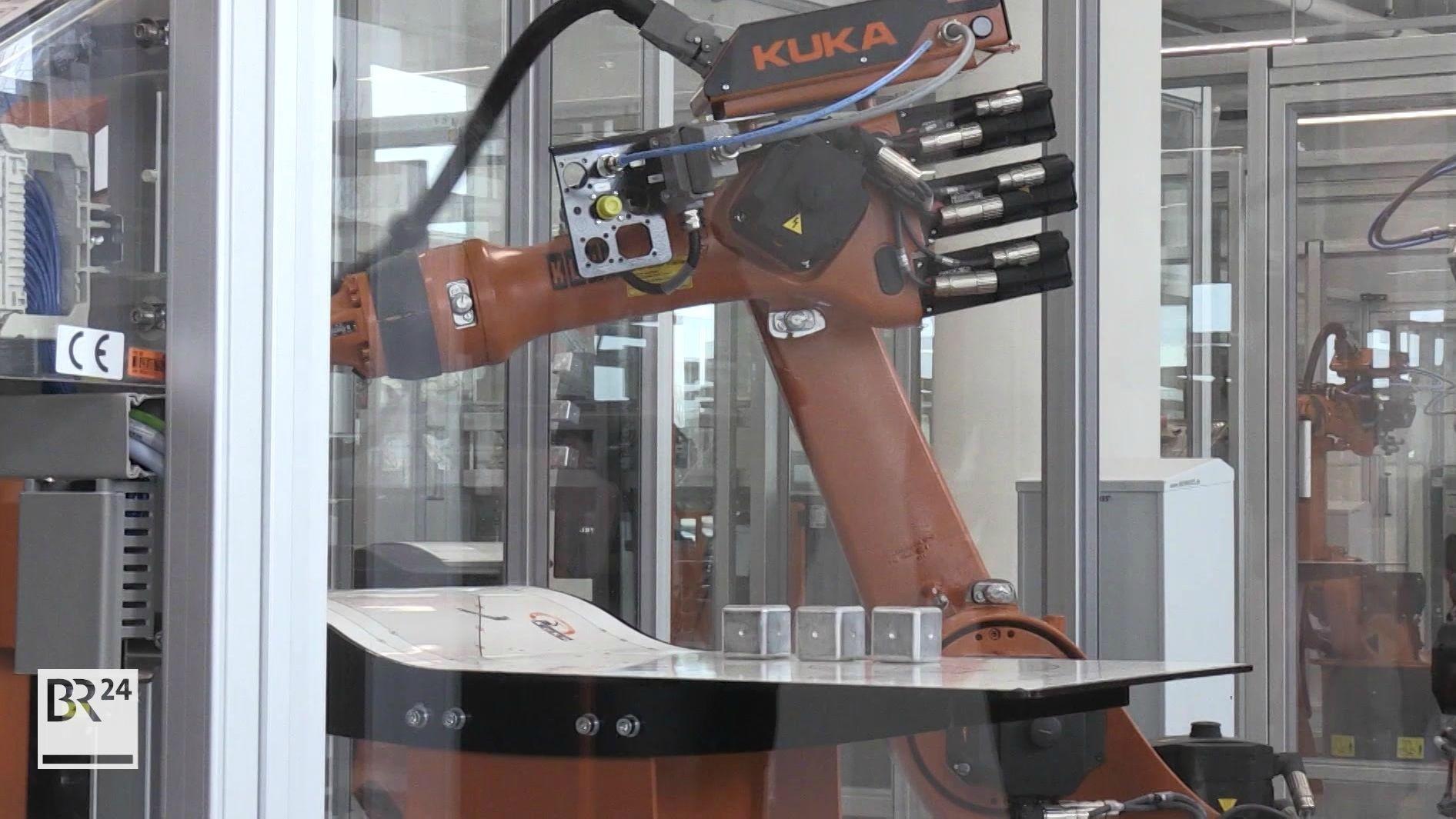 Der Roboterhersteller Kuka im unterfränkischen Obernburg will bis zu 165 Arbeitsplätze streichen. Schuld sei die angespannte wirtschaftliche Lage, heißt es.