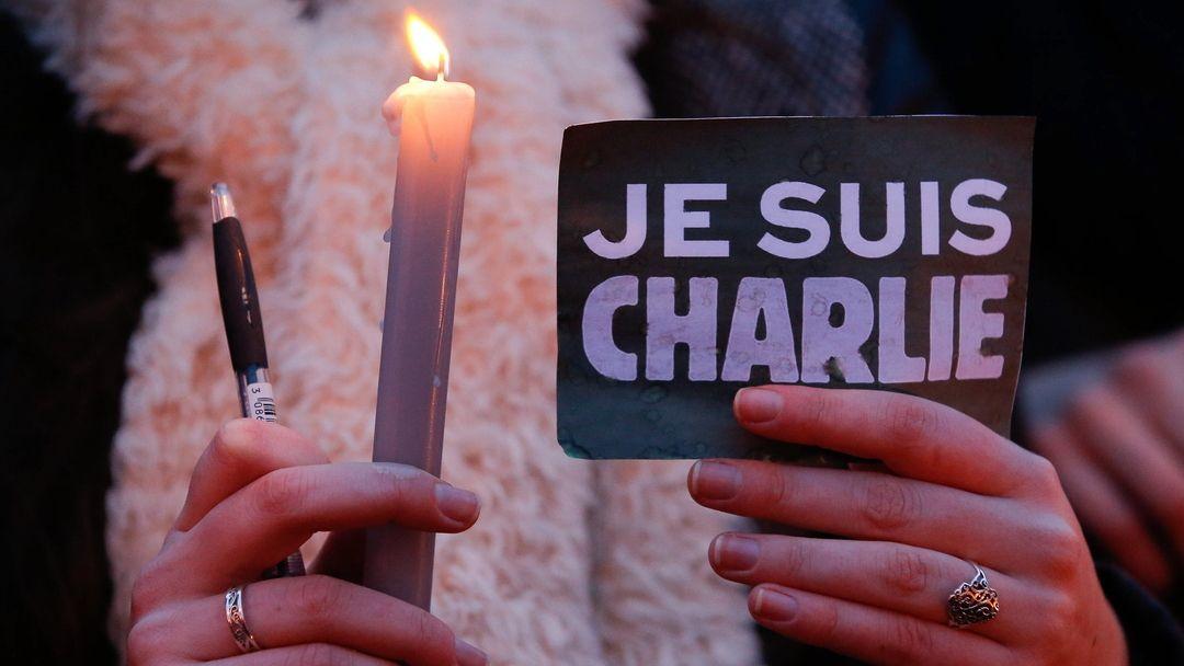 Menschen gedenken den Opfern des Attentats auf das französische Satiremagazin Charlie Hebdo.
