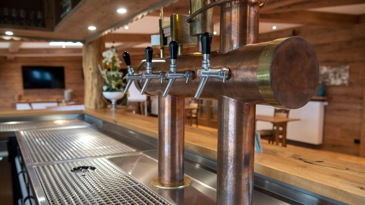 Die Bar in einer Gaststätte ist leer geräumt