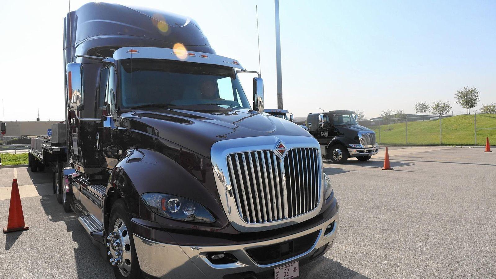 Ein LKW der US-Firma Navistar auf dem Parkplatz vor dem Werk in Melrose Park, Illinois.