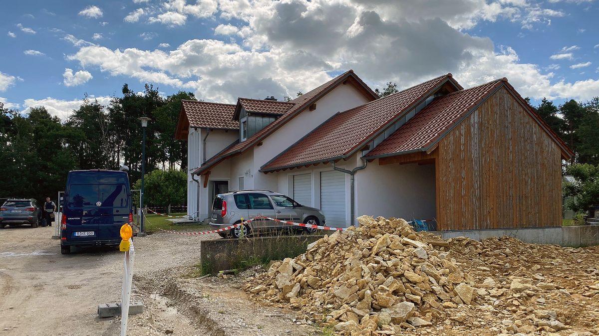 Der Tatort in Schwandorf-Büchelkühn: In diesem Haus wurden die beiden Toten gefunden.