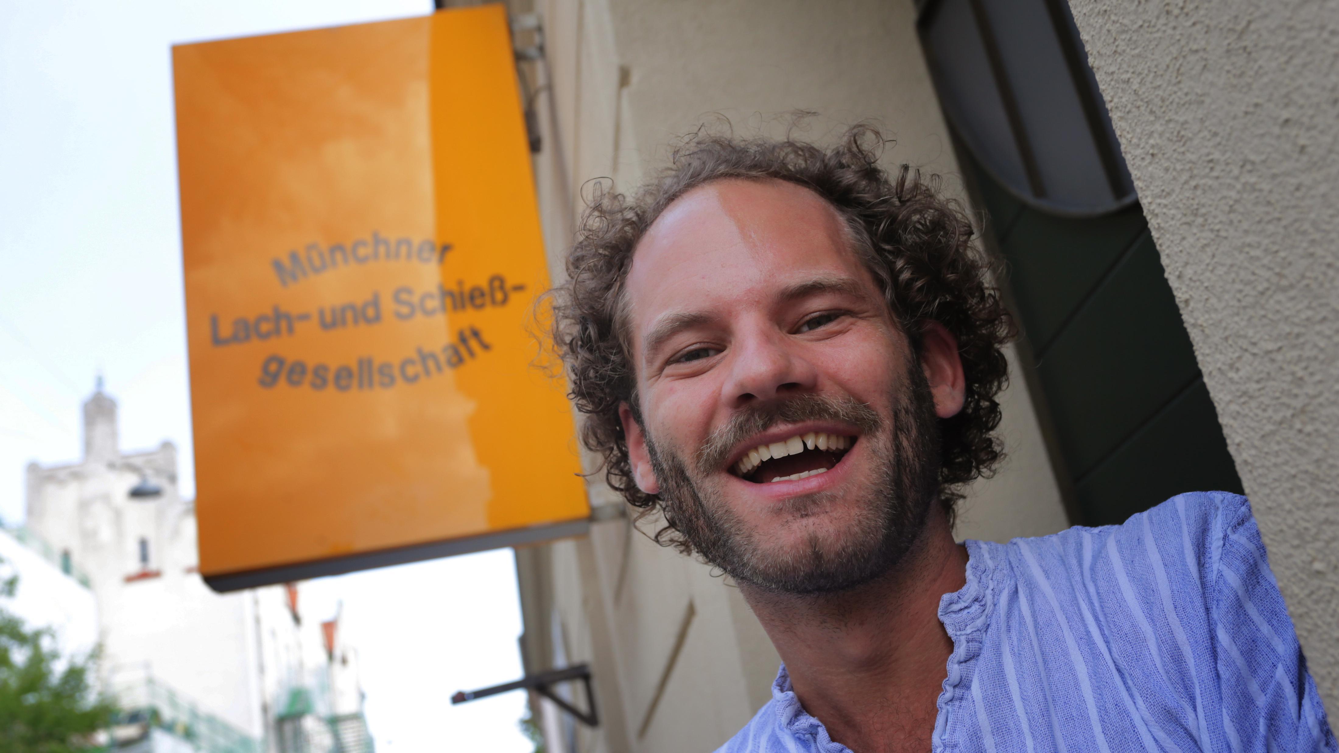 Maxi Schafroth vor der Münchner Lach- und Schießgesellschaft