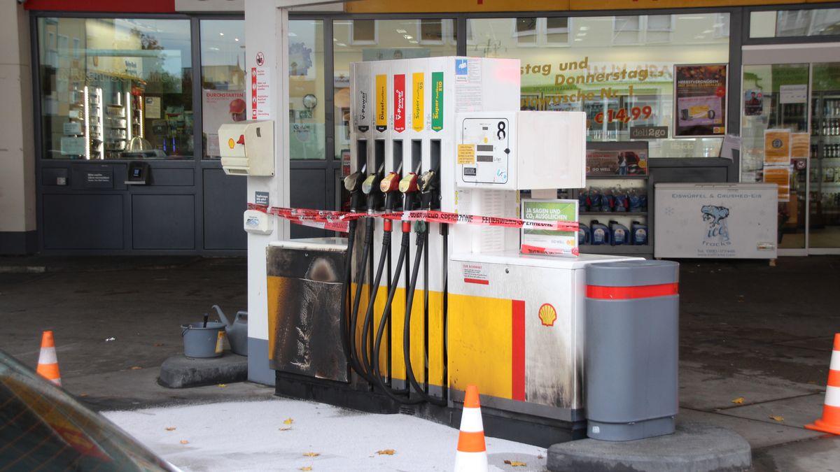 Ein Betrunkener hat an dieser Regensburger Tankstelle eine Zapfsäule angezündet. Der entstandene Schaden beläuft sich auf rund 20.000 Euro.