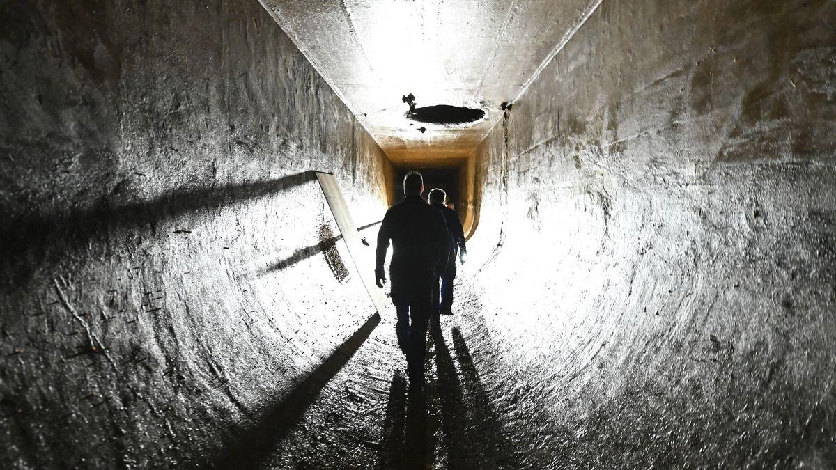 wei Mitarbeiter der Bodensee-Wasserversorgung kontrollieren eine technische Anlage. Auf dem Boden der Anlagen haben sich massiv Quagga-Muscheln angesiedelt.