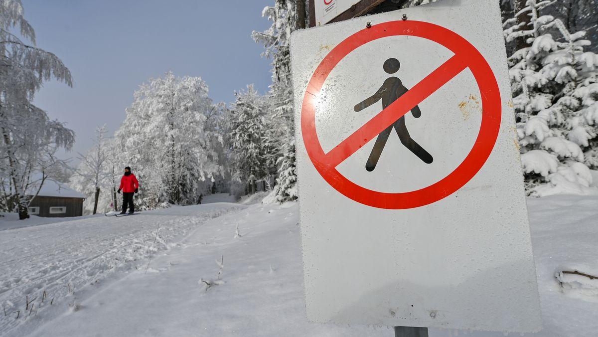 Ein Verbotsschild für Fußgänger steht auf dem Berg Rusel im Landkreis Deggendorf an einer Langlaufloipe