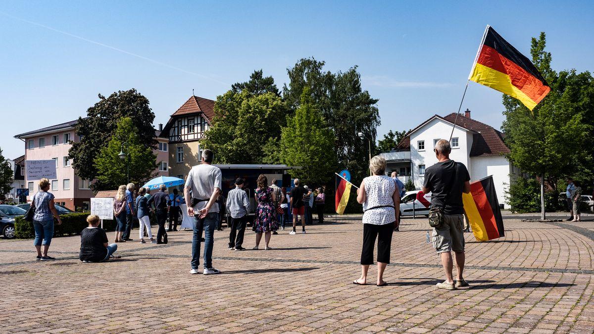 Brandenburg, Grünheide: Einige Anhänger und Parteimitglieder der AfD Oder-Spree stehen auf dem Marktplatz der brandenburgischen Gemeinde Grünheide.