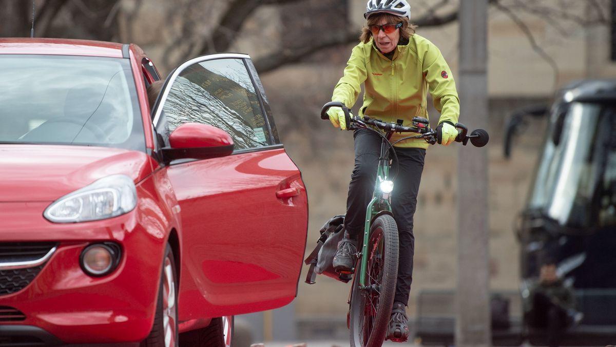 Auto und Fahrrad dicht nebeneinander