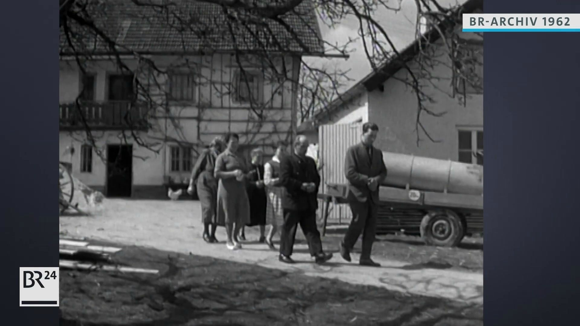 Bauernfamilie beim Felderumgang