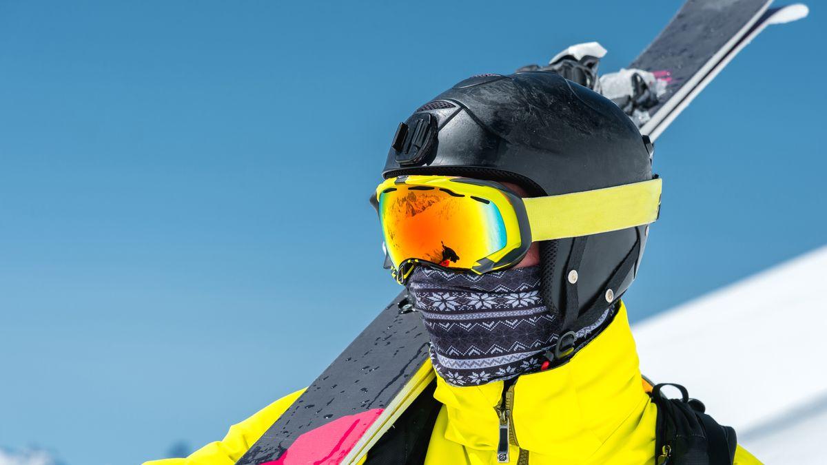 Symbolbild: Skifahrer mit Mund-Nasen-Schutz