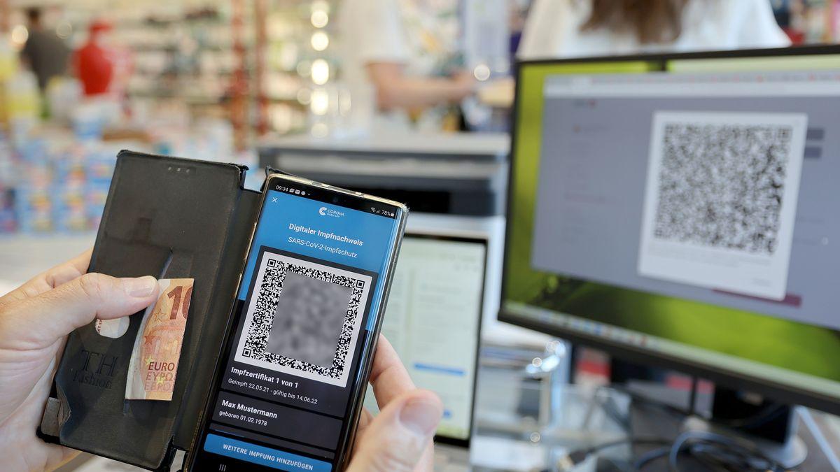 Der digitale Impfnachweis ist auf einem Smartphone in einer Apotheke zu sehen (Symbolbild).