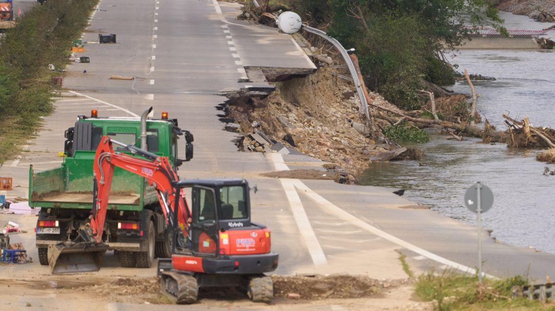 Rheinland-Pfalz, Bad Neuenahr: Bautrupps versuchen, die Bundesstraße 266 bei Bad Neuenahr wieder befahrbar zu machen.