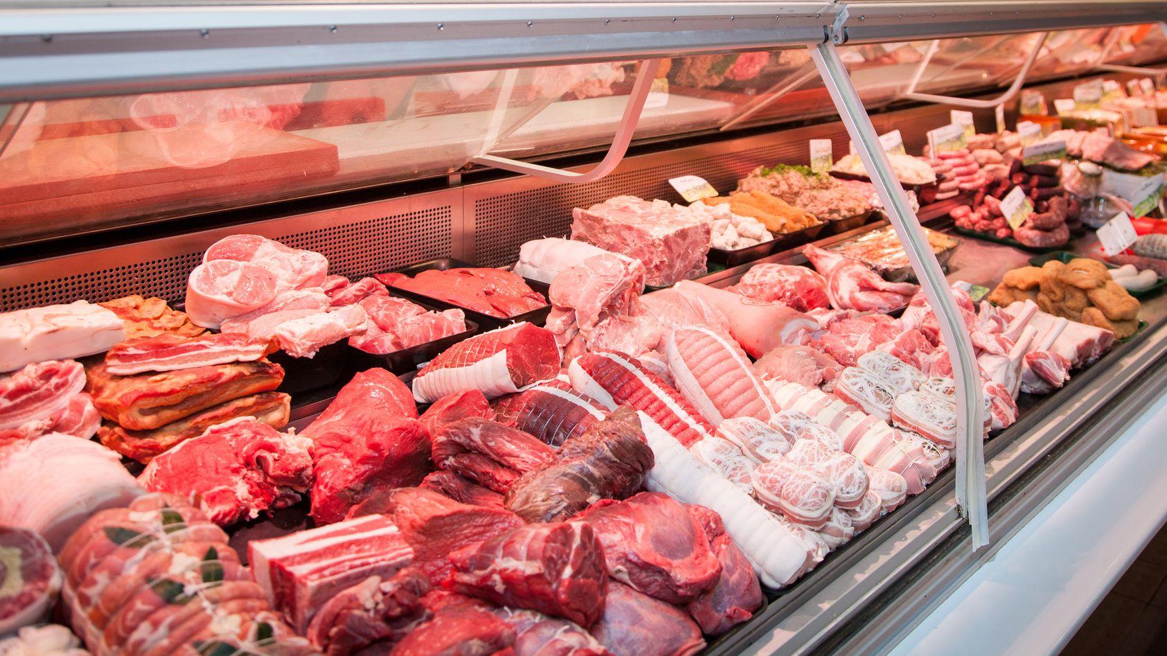 Fleisch in einer Fleischtheke im Supermarkt