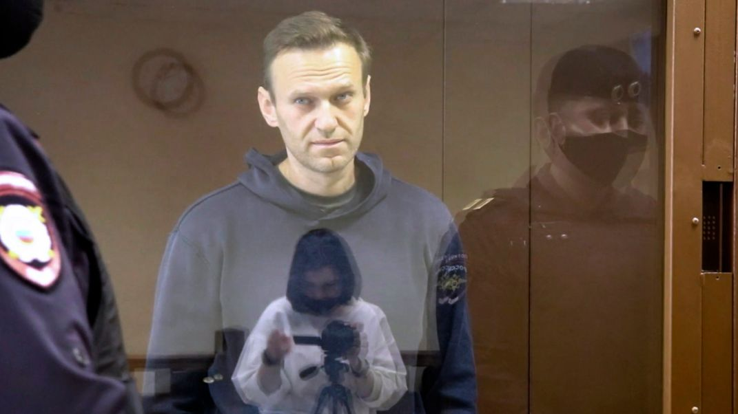 Nawalny in einem russischen Gerichtssaal.