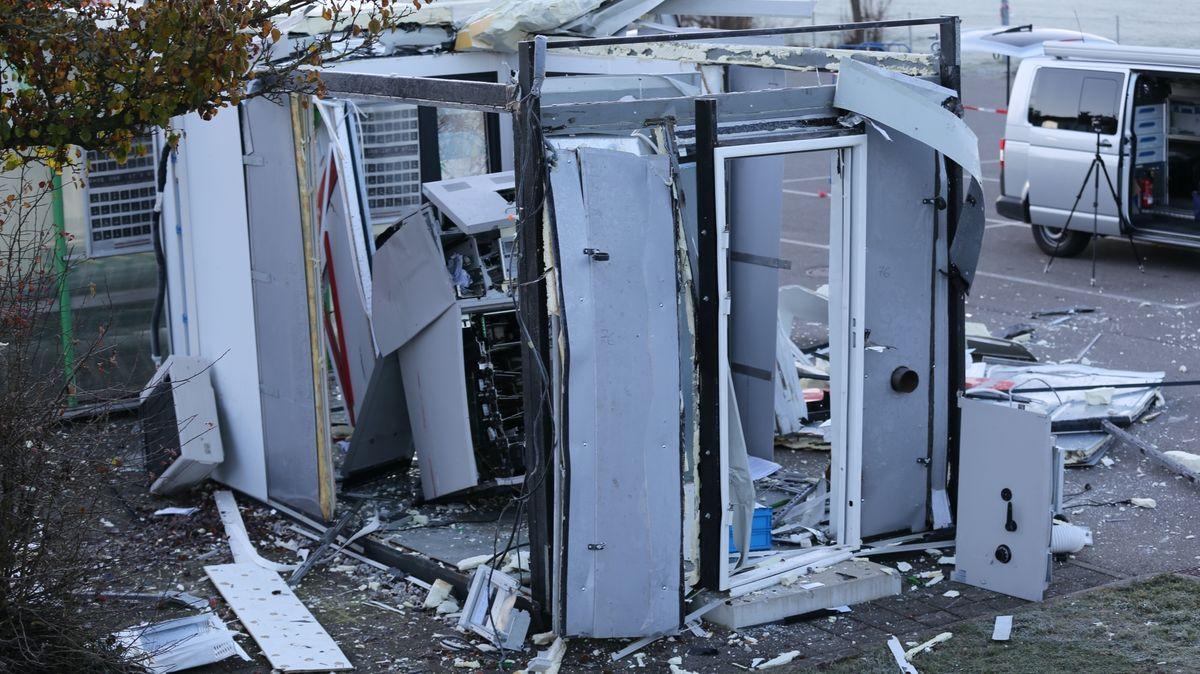 Gesprengter Geldautomat in zerstörtem Container