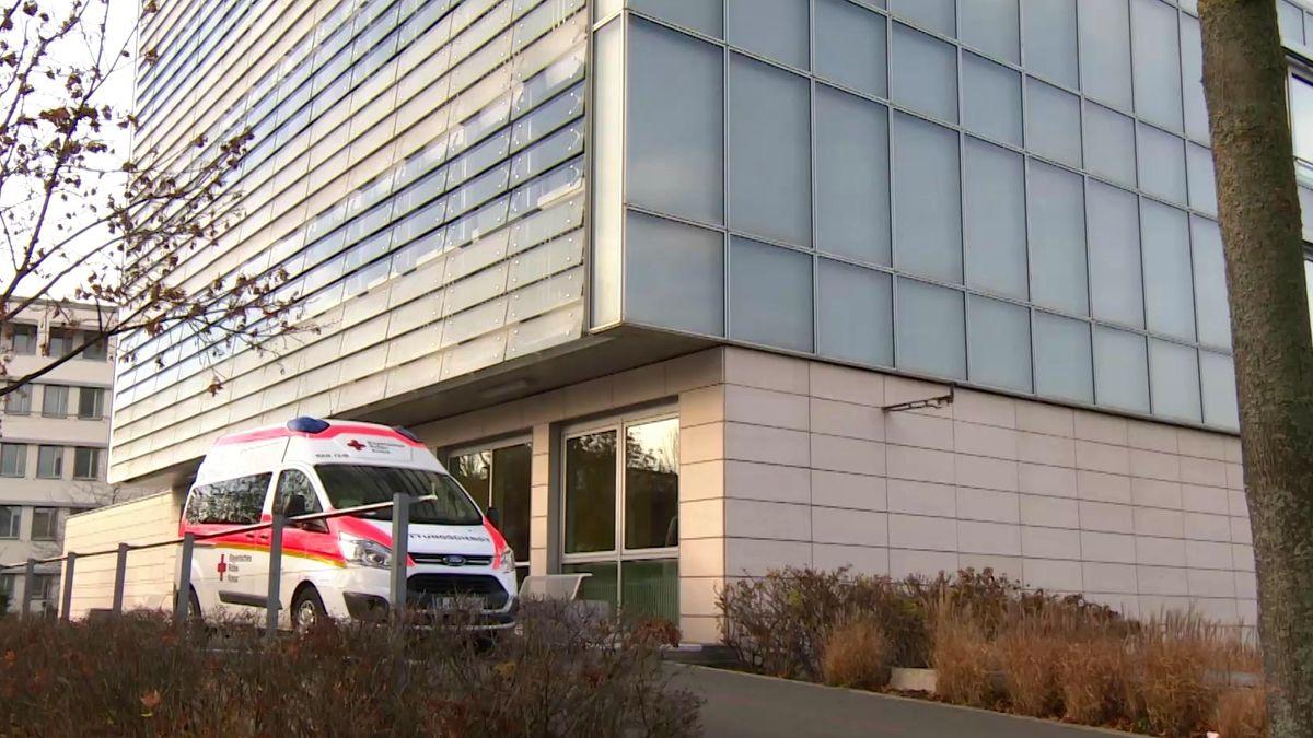 Krankenwagen vor einem Klinikgebäude