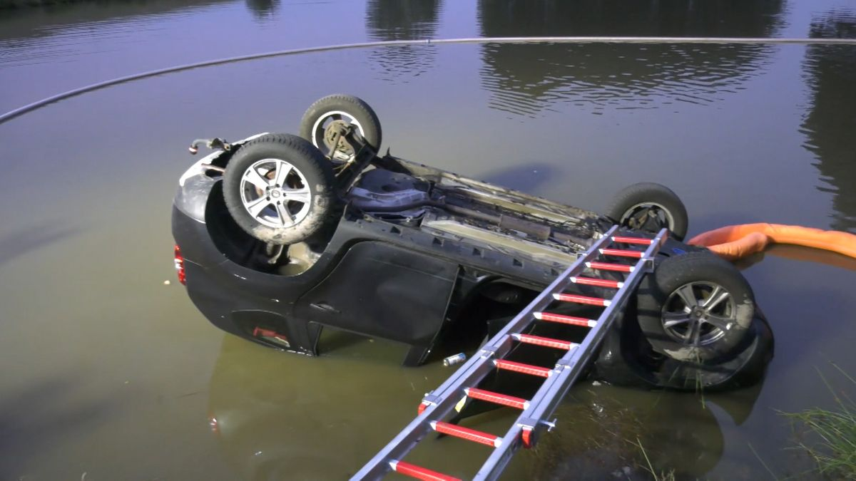 Ein Auto ist in einen Weiher in Mitterteich (Landkreis Tirschenreuth) gefahren. Ein Polizist und ein Ersthelfer bargen den 72-Jährigen aus dem Wagen. Trotz sofortiger Reanimation verstarb der Fahrer später im Krankenhaus.