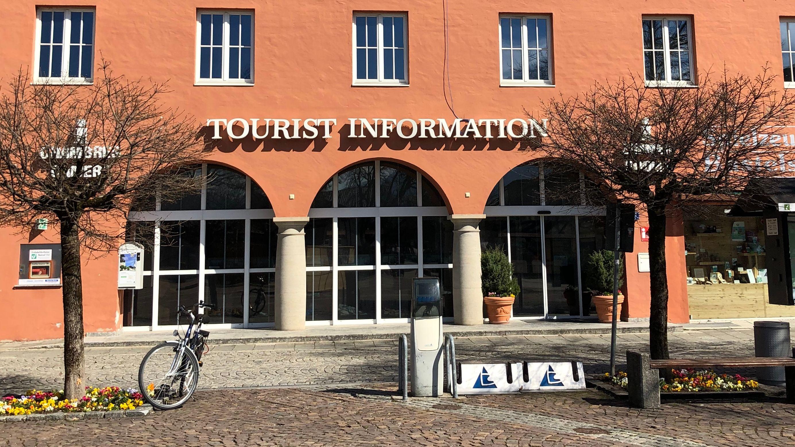 Der Platz vor der Touristen-Information in Garmisch-Partenkirchen ist leer, die Informationsstelle hat geschlossen.