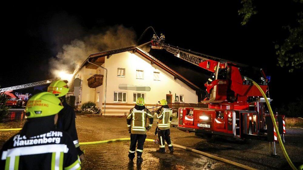 In der Nacht brach Feuer in einem Gasthaus aus. Anwohner mussten Fenster und Türen geschlossen halten