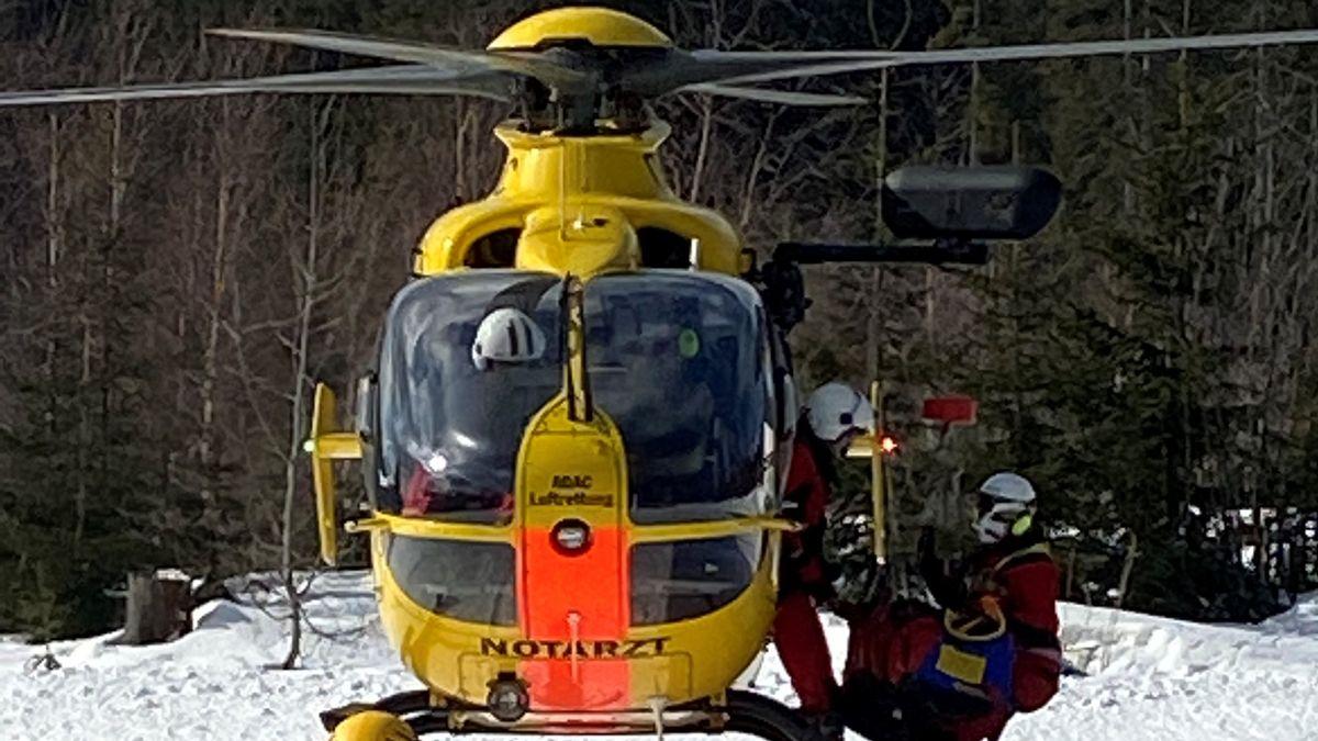 Ein Hubschrauber fliegt Skitourengeherin aus dem Einsatzgebiet