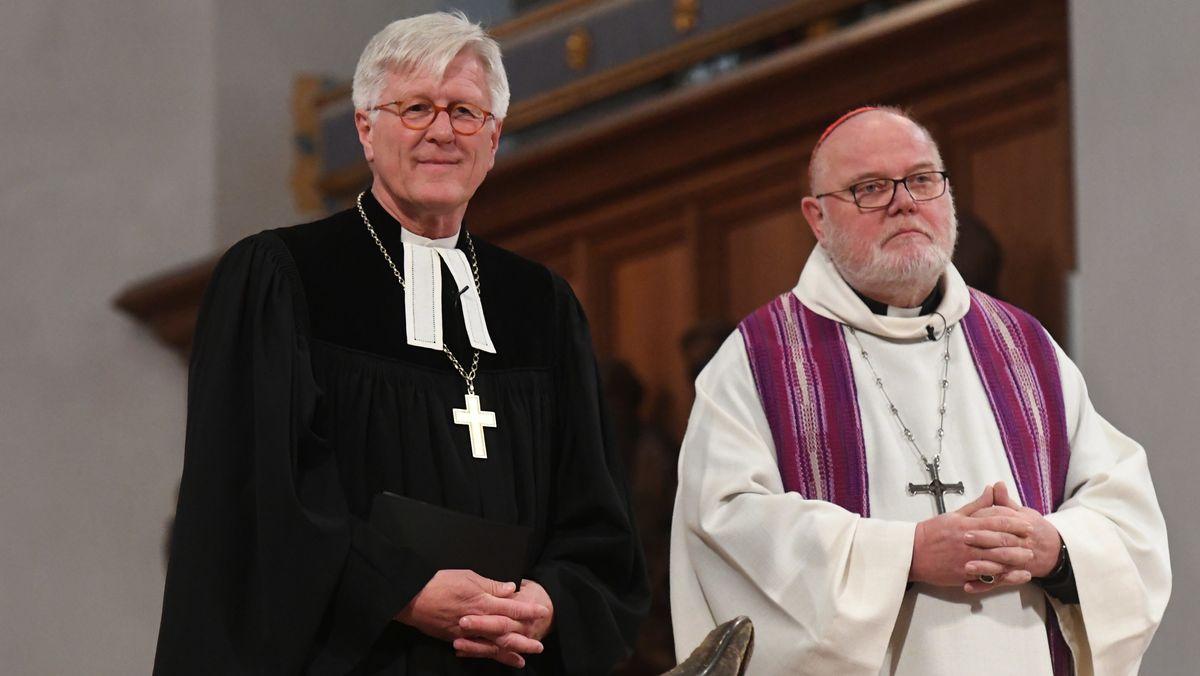 Der Vorsitzende der Deutschen Bischofskonferenz Reinhard Kardinal Marx und der Ratsvorsitzende der EKD, Landesbischof Heinrich Bedford-Strohm bei einem Ökumenischen Gottesdienst.
