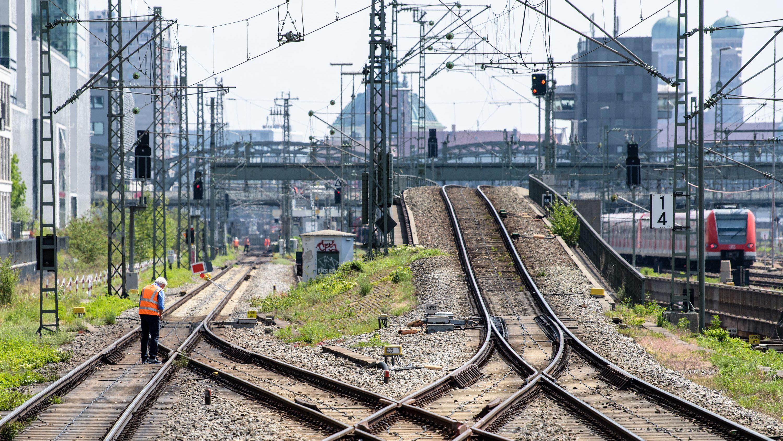 Ein Bauarbeiter untersucht die S-Bahn-Stammstrecke zwischen Donnersbergerbrücke und Hackerbrücke.