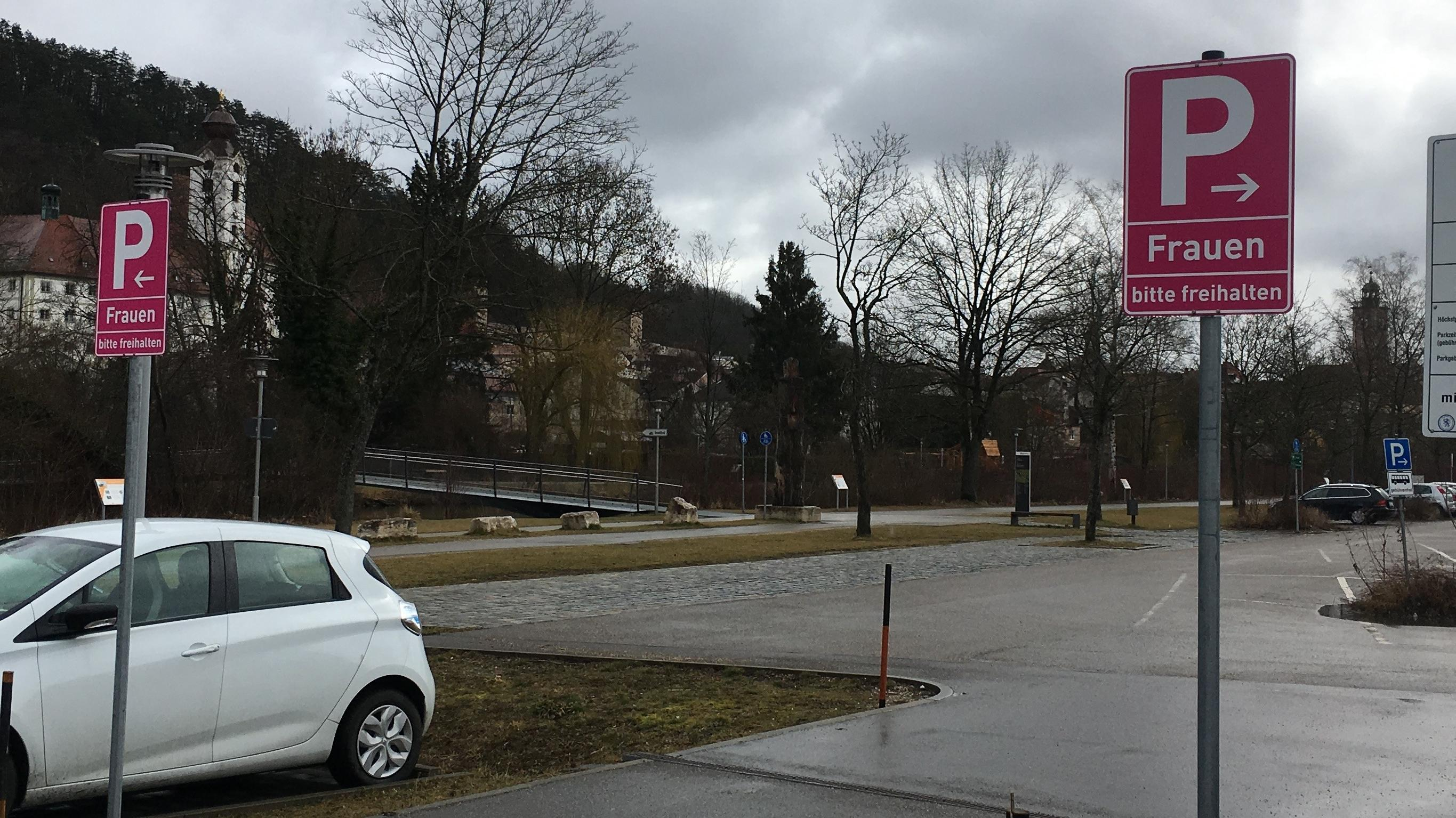 In Eichstätt hängen neue Schilder für Frauenparkplätze - in knalligem Pink.