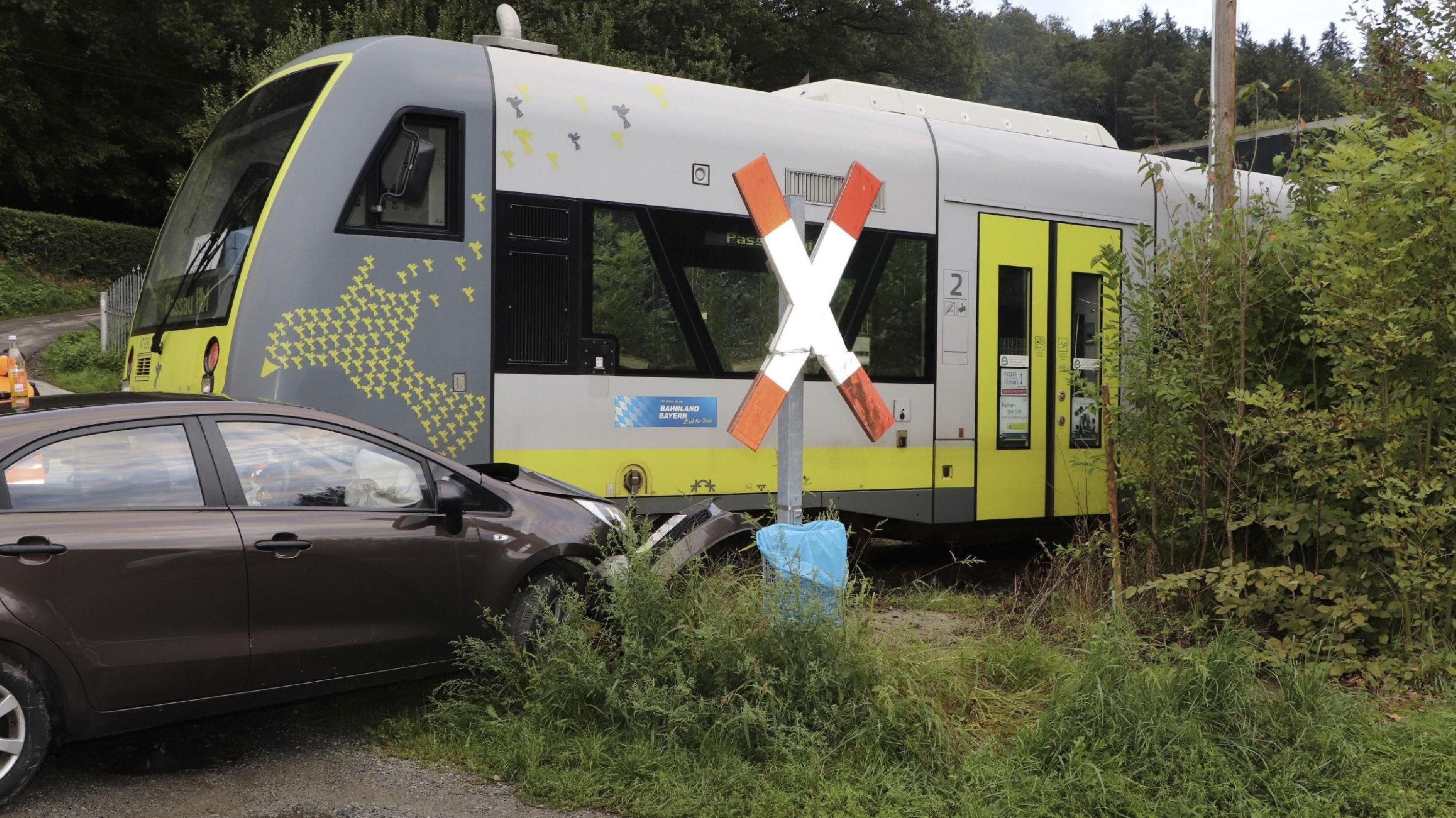 Zusammenstoß der Ilztalbahn mit einem PKW an einem unbeschrankten Bahnübergang