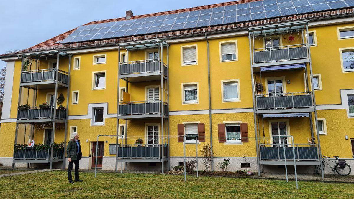 Richard Mergner, Landesvorstand Bund Naturschutz Bayern vor der energetisch sanierten Bauernfeindsiedlung in Nürnberg