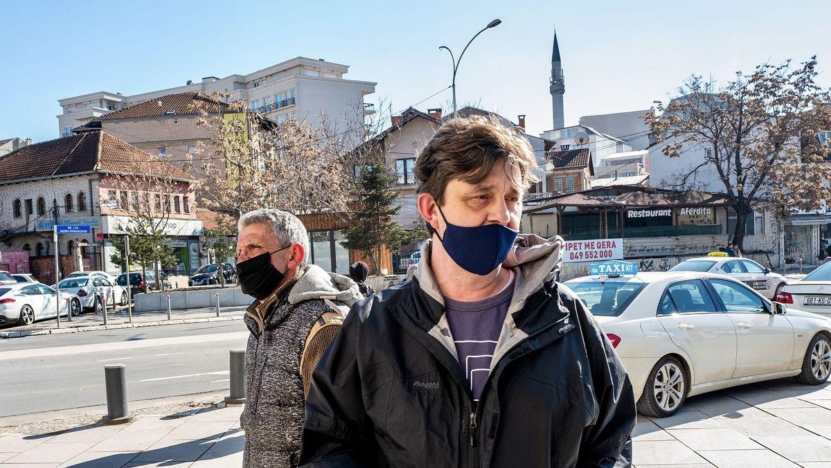 Das Bild zeigt Mentor und Slavisa in der Innenstadt von Prishtina. Sie halten Ausschau nach Hunden in Not.