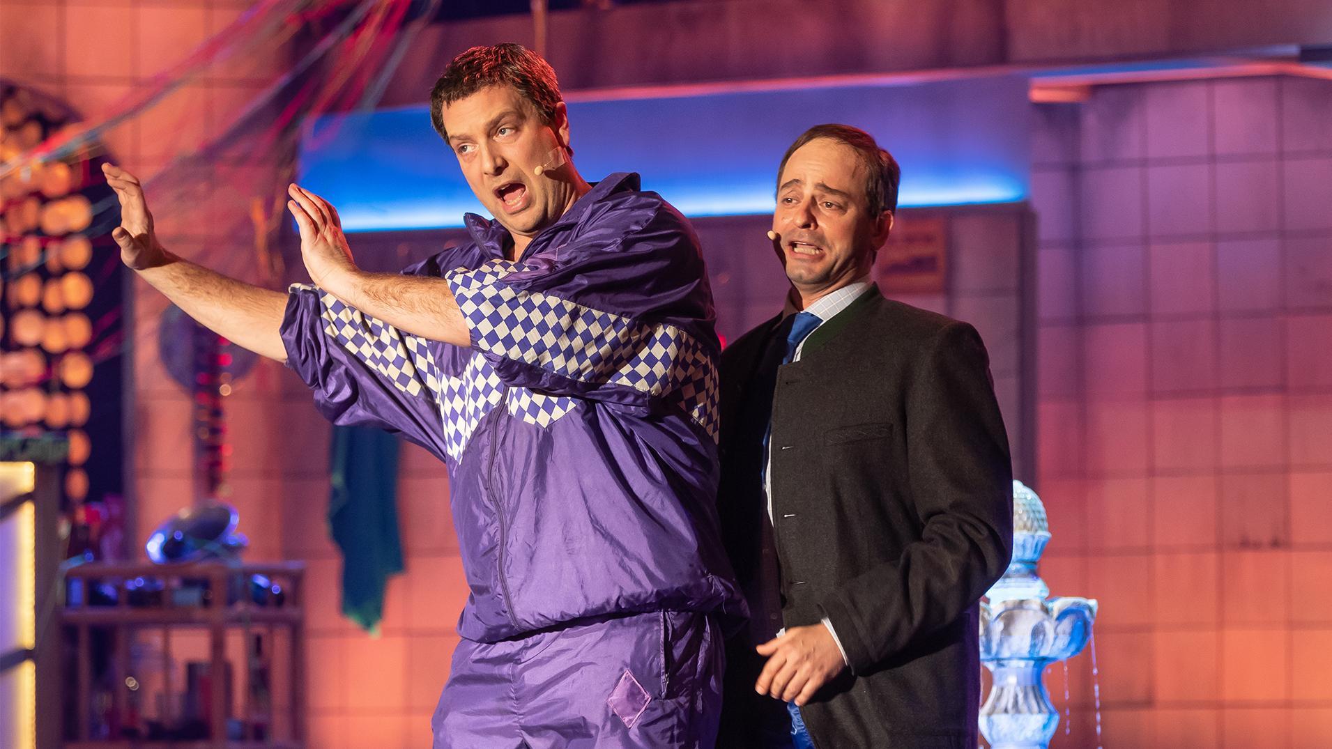 Stephan Zinner und Florian Fischer proben ihre Rollen als Markus Söder und Hubert Aiwanger beim diesjährigen Singspiel.