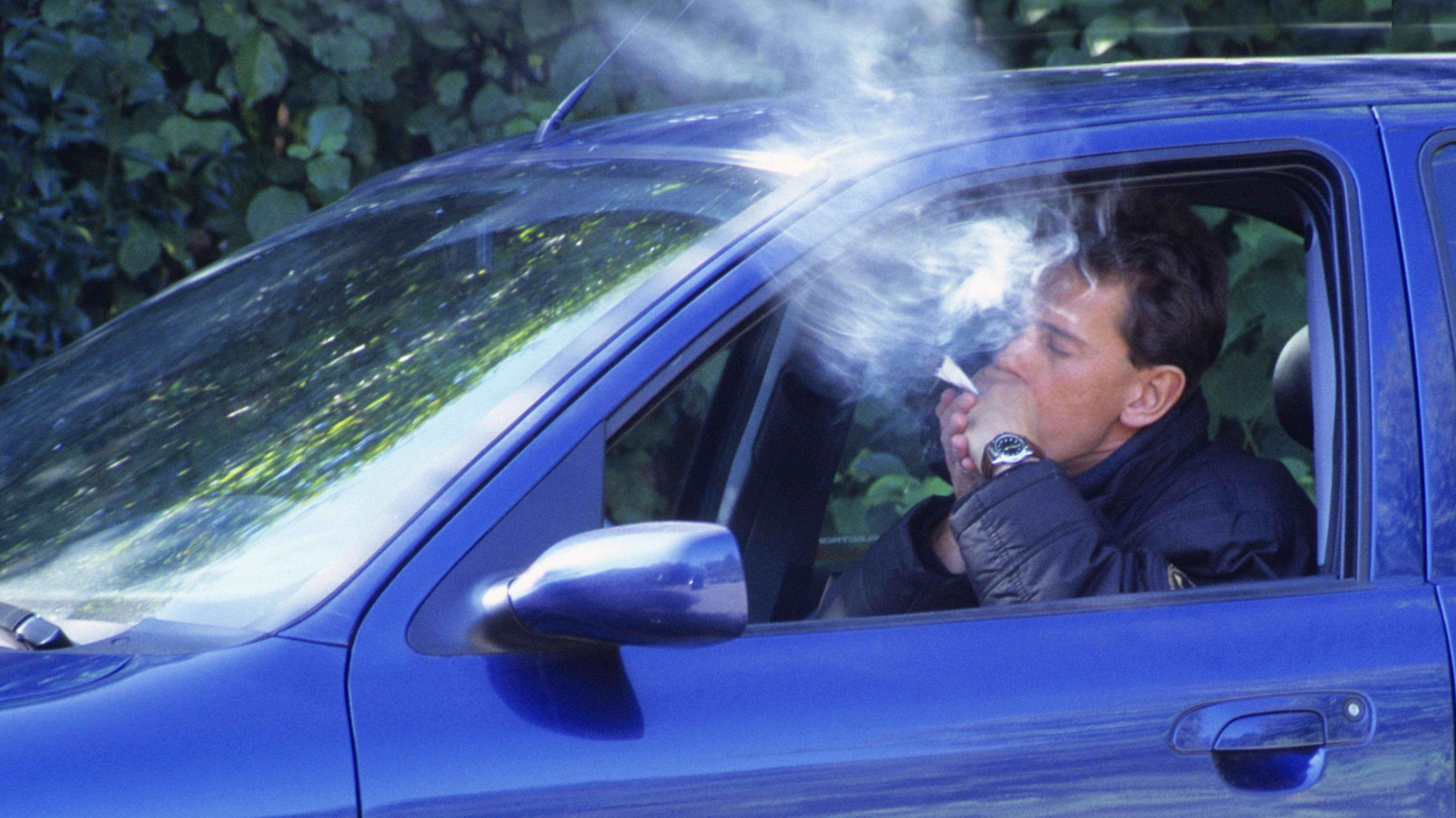 Autofahrer raucht einen Joint