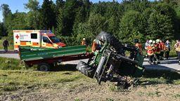 Rettungskräfte am umgekippten Traktor  | Bild:zema-medien