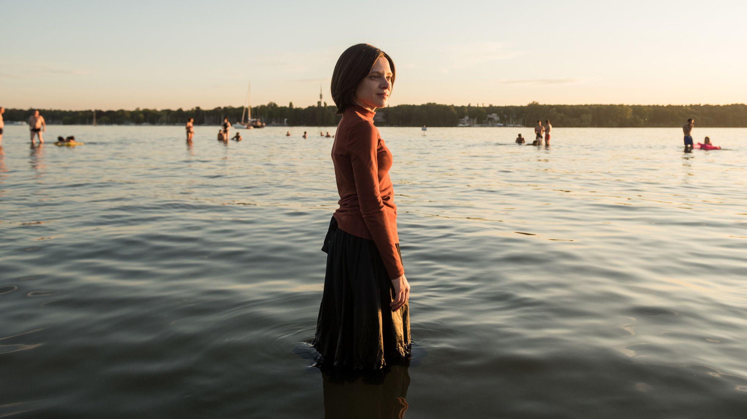 """Netflix zeigt Serie """"Unorthodox"""": Esty (Shira Haas) in einer Szene aus der Serie """"Unorthodox"""""""