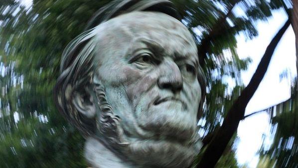 Das Gesicht von Richard Wagner, im Hintergrund verschwommen Bäume.