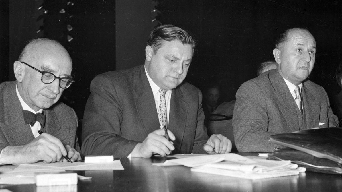 1955: Hanns Seidel (r.) nach seiner Wahl zum neuen CSU-Chef - in der Mitte Franz Josef Strauß, damals Bundesminister.