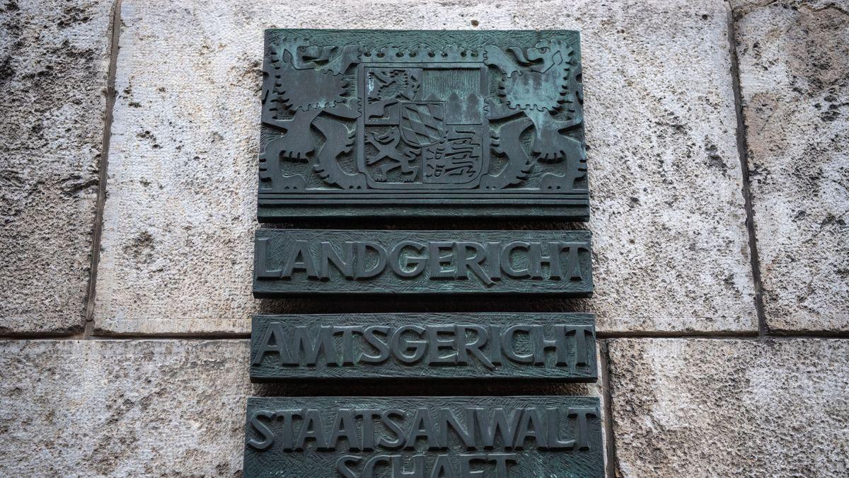 Tafel vor dem Regensburger Landgericht.