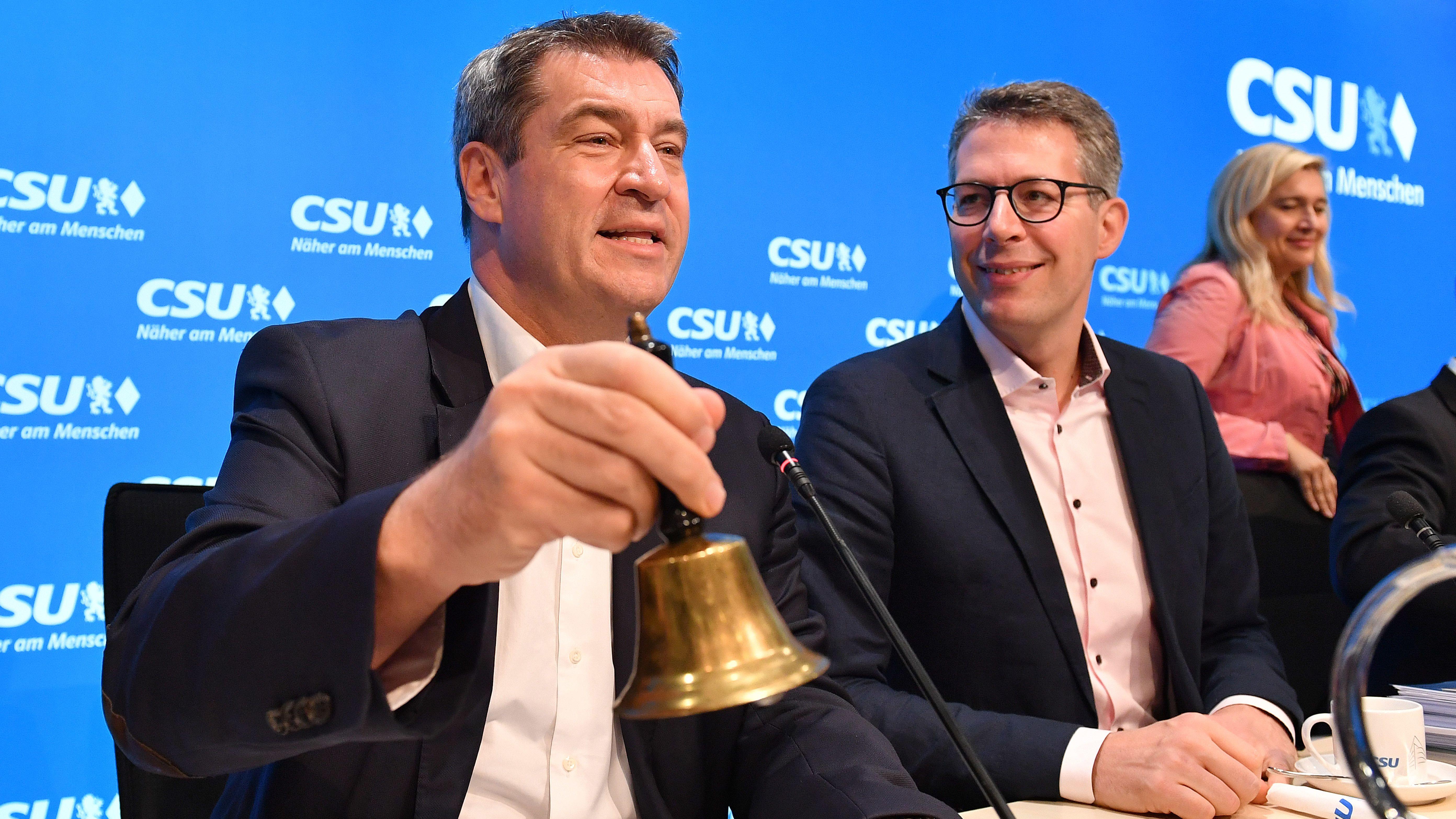 CSU-Chef und Ministerpräsident Söder (l.) mit Generalsekretär Blume und Gesundheitsministerin Huml beim Parteivorstand am 14. Oktober 2019