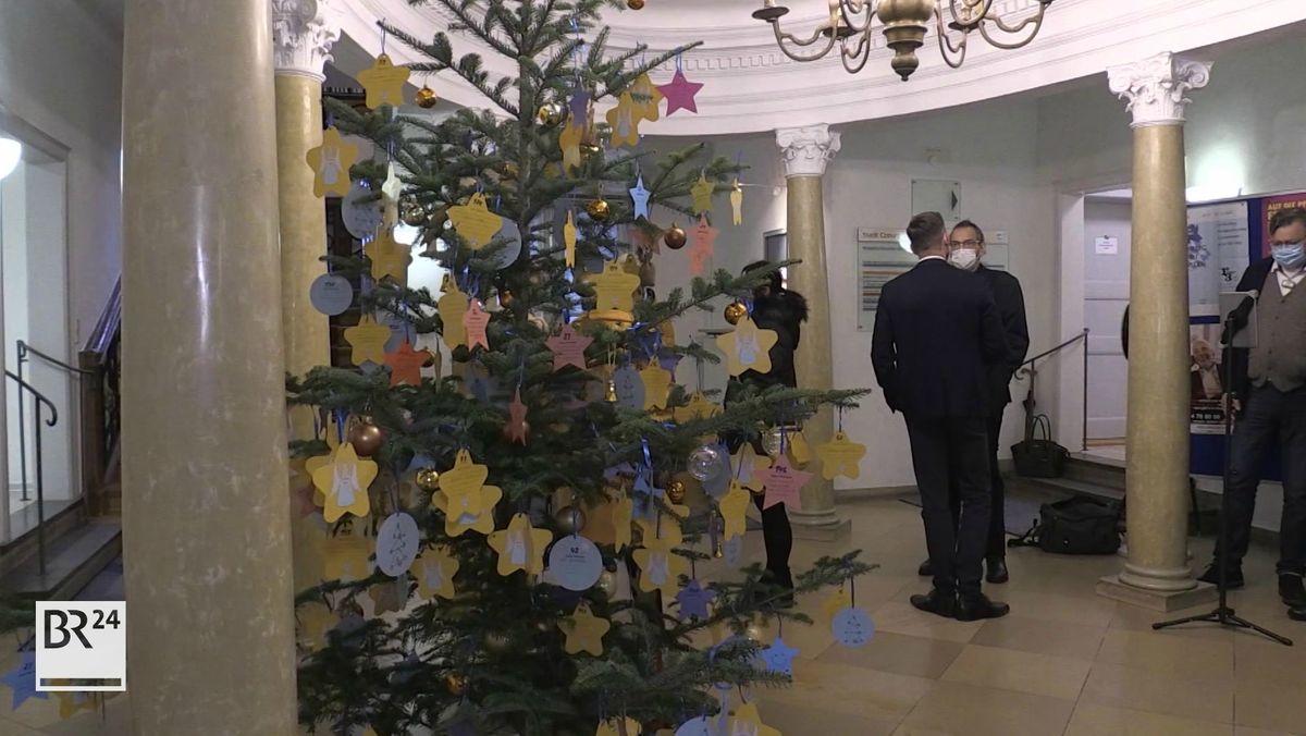 """Bereits zum zweiten Mal gibt es in der Vorweihnachtszeit in Coburg einen """"Wünschebaum"""". An dem Baum hängen Karten mit den Wünschen der Senioren."""