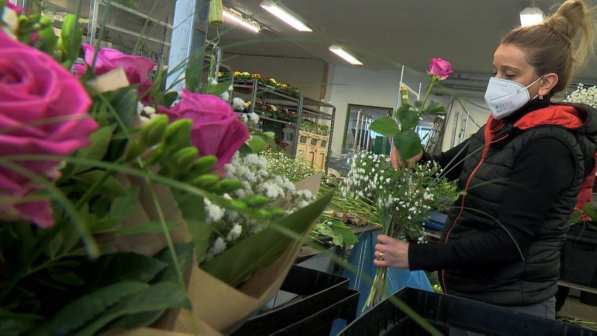 Eine Frau mit bindet einen Blumenstrauß