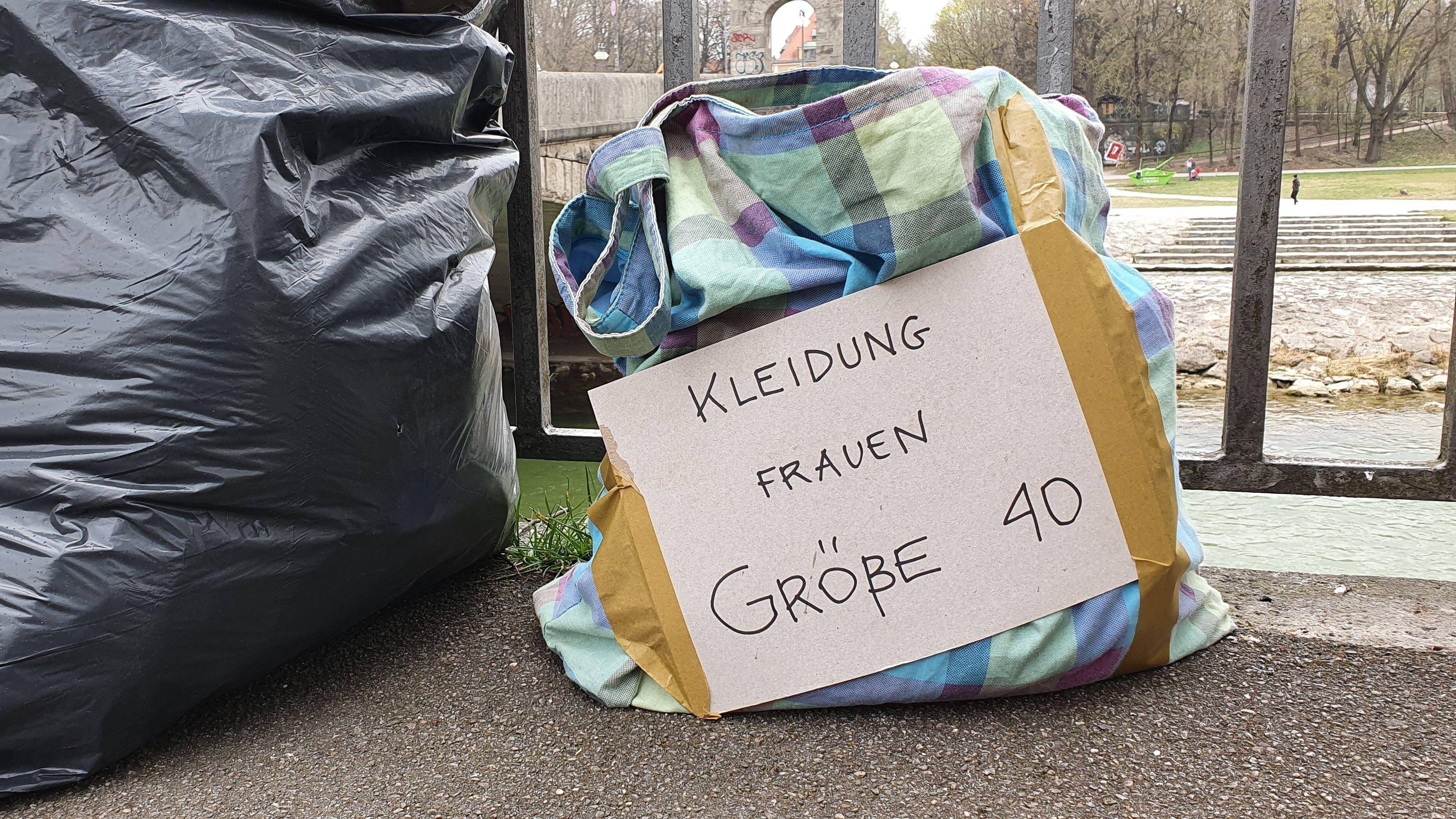 """Spendensäckchen mit der Aufschrift """"Kleidung Frauen Größe 40""""."""