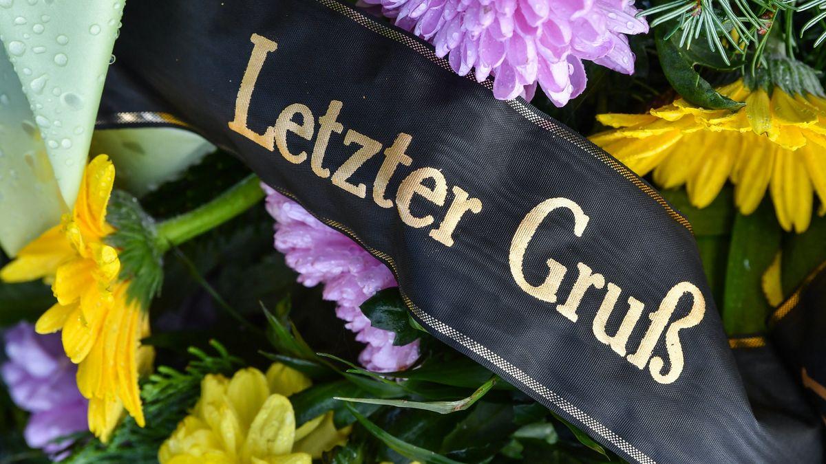 """Blumengesteck mit schwarzer Schleife mit der Aufschrift """"Letzter Gruß"""""""