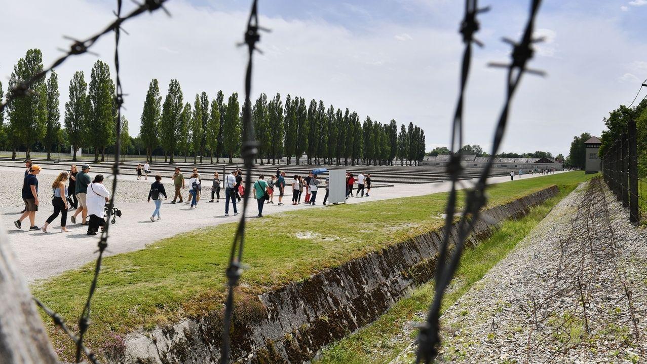 Besucher in Gedenkstaette Konzentrationslager Dachau