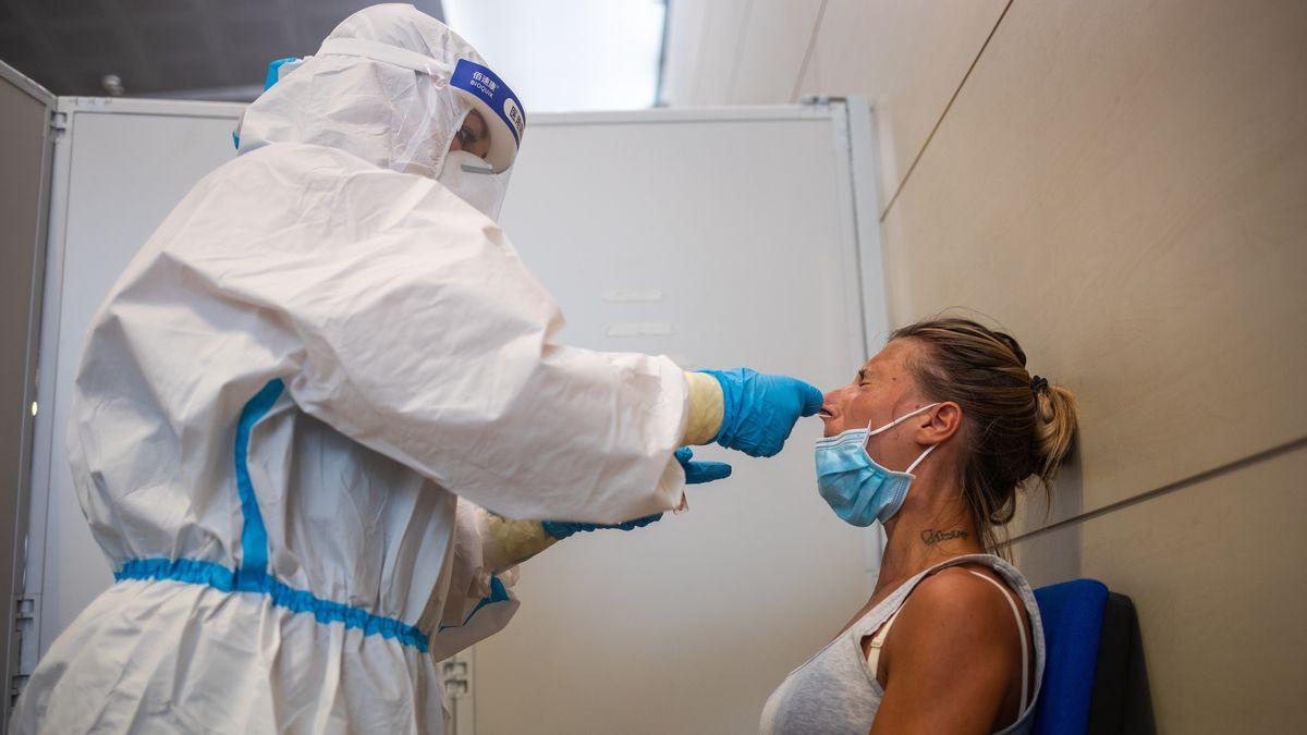 Reisende beim Test zur Feststellung einer Coronavirus-Infektion am Flughafen Turin, Italien.