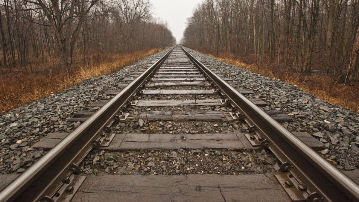 Gerade Bahnstrecke im Spätherbst  (Symbolbild)