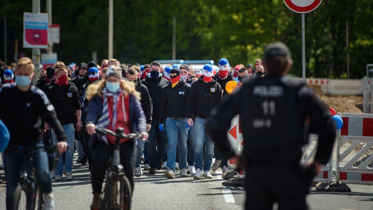 Ultras des KSV Holstein kommen vor dem Spiel zum Holstein-Stadion.