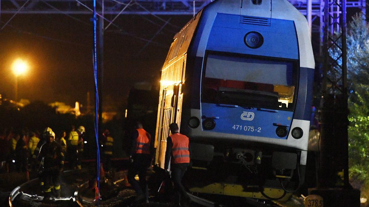 Rettungskräfte sind nach dem Zugunglück nahe Prag im Einsatz