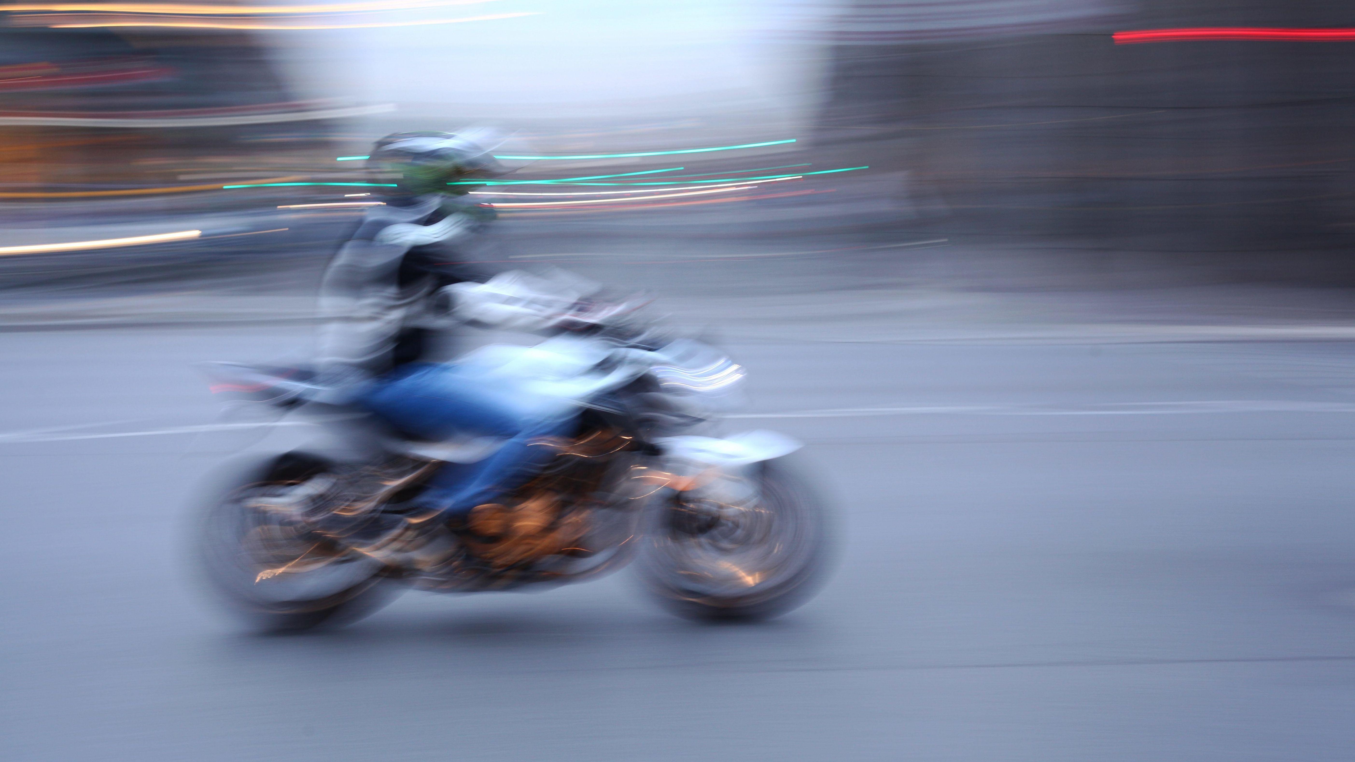 Ein Mann auf einem Motorrad - Aufnahme mit etwas längerer Belichtungszeit