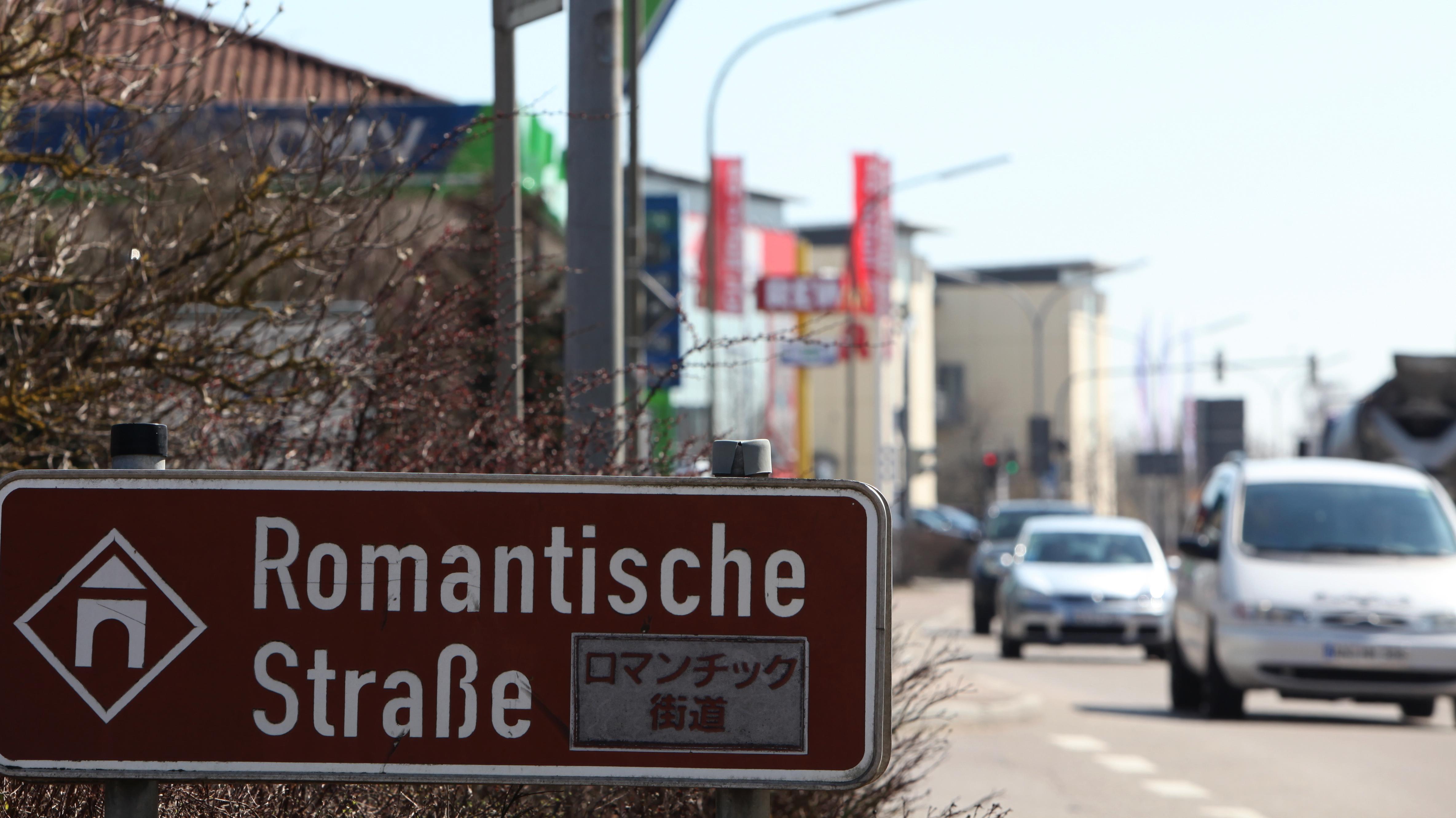Die vielbefahrene B25 in Dinkelsbühl neben einem Hinweisschild auf die Romanische Straße