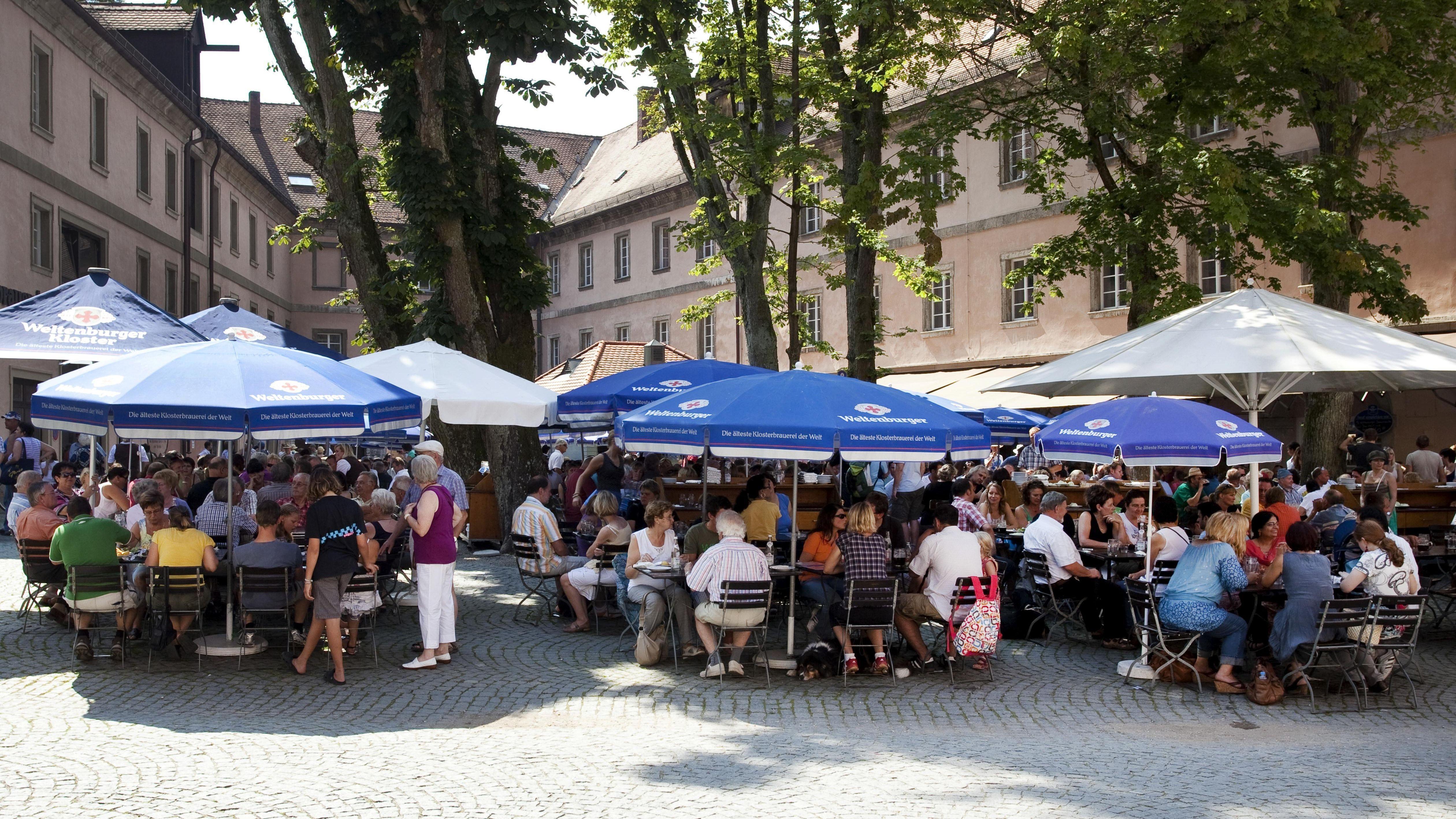 Der Biergarten an der Weltenburger Klosterschenke: das Wirtshaus gilt als eine der beliebtesten Ausflugsgaststätten in Ostbayern.